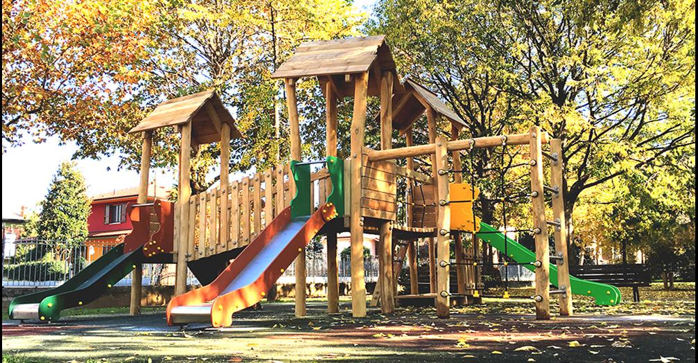 Parco giochi per bambini scivolo altalene e castelli - Altalene bambini per esterno ...